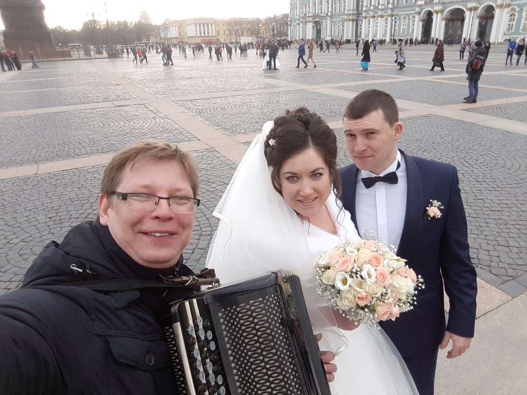 Дворцовая площадь Свадьба,Баянист